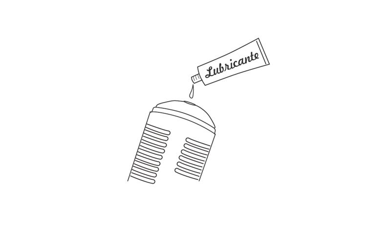 Aplicando lubricante a base de agua dentro de la manga de Max by Lovense.